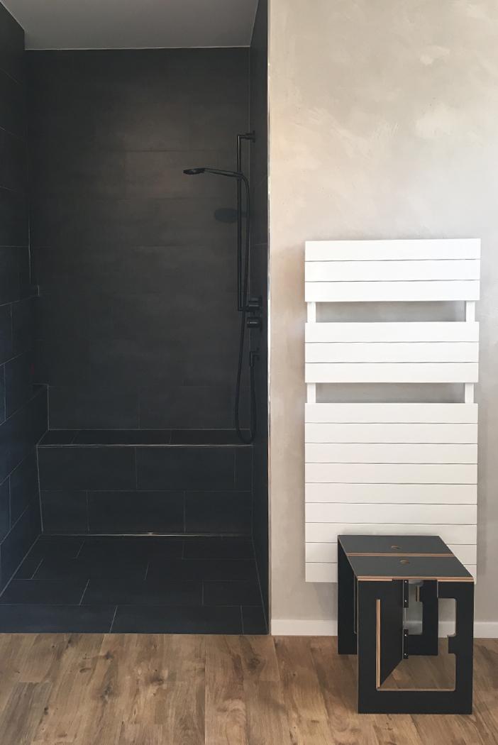 Ausstattung Bette, Dornbracht, EMCO, Designspachtel an den Wänden, Venylboden mit Holzoptik