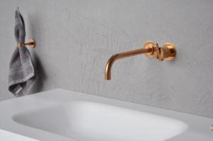Waschbecken mit Wandhahn und Handtuchhalter