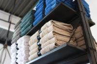 Regal mit Handtüchern