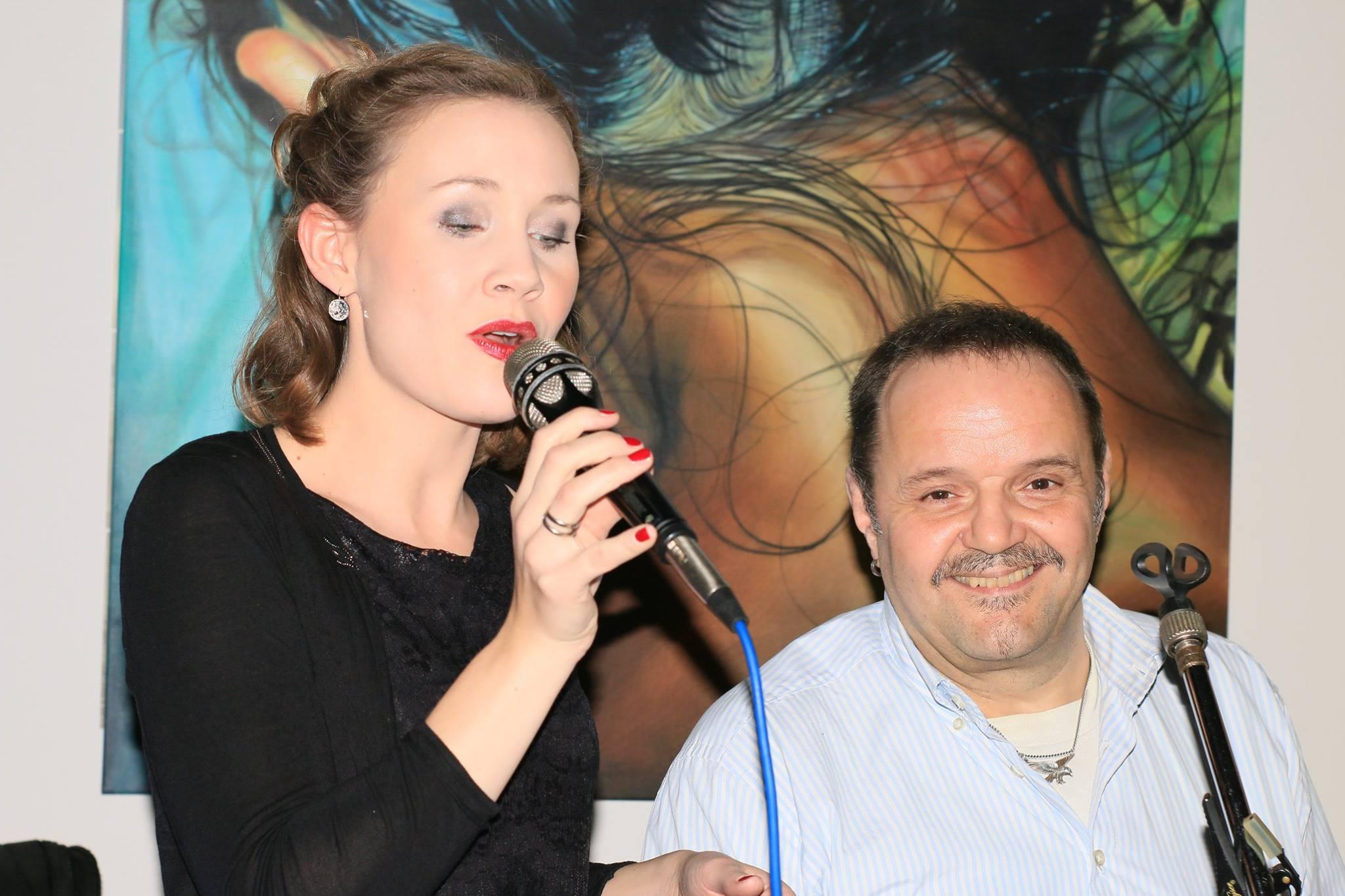 Sängerin am Mikrofon
