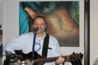 Sänger mit Gitarre und Mikrofon