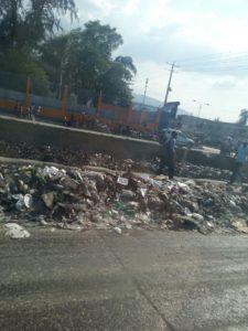 Hilfe für Haiti Müll auf Strasse